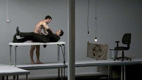 Сцена из спектакля Первая материя в постановке Димитриса Папаиоанну