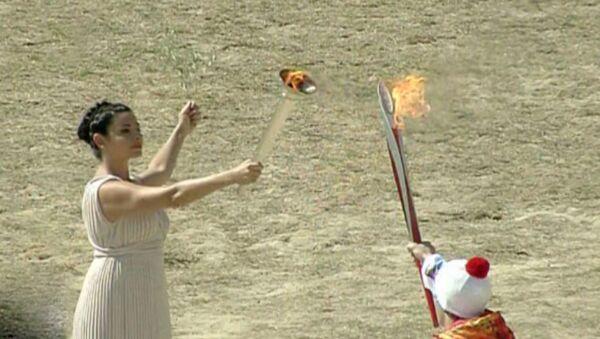 Жрица зажгла огонь Сочи-2014 от солнечных лучей на церемонии в Греции