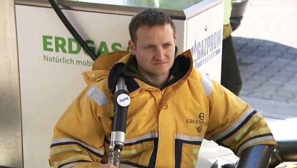 Активист Greenpeace приковал себя к автозаправке Газпрома в Германии