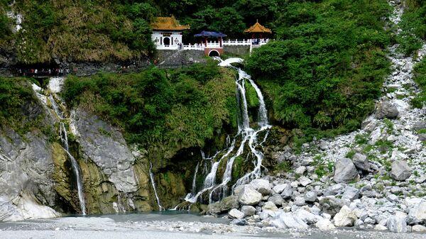 По мраморному ущелью Тароко несет свои воды речка Лиу