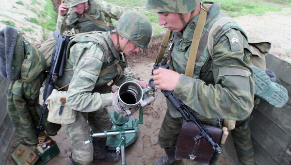 Бойцы расчета 82-миллиметрового миномета 2Б14 Поднос на боевой позиции. Архивное фото