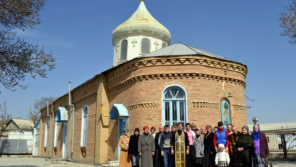 Мусульмане к нам относятся с почтением, детей присылают за святой водой, но сами опасаются приходить, все же Азия, - рассказывает отец Сергий