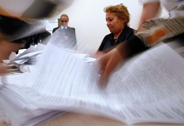 Сотрудники избирательной комиссии подсчитывают голоса избирателей на выборах президента Республики Азербайджан