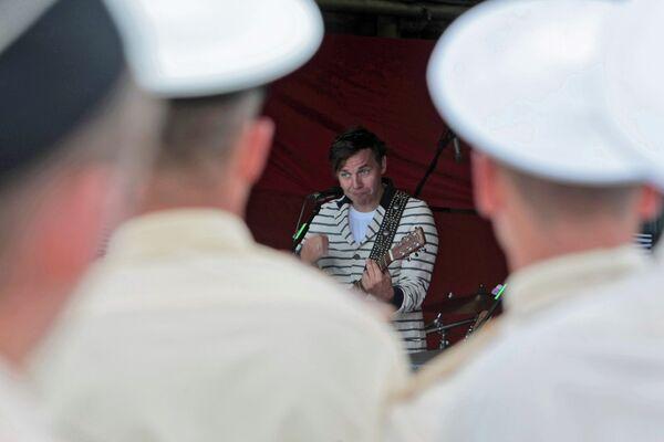 Выступление группы Мумий Тролль в честь Дня ВМФ на палубе сторожевого корабля Ярослав Мудрый