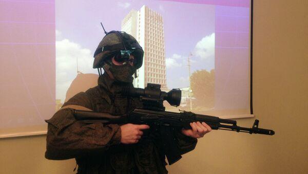 Боец в экипировке Ратник , вооруженный автоматом Калашникова с тепловизионным прицелом 1ПН139 и нашлемным дисплеем. Архивное фото