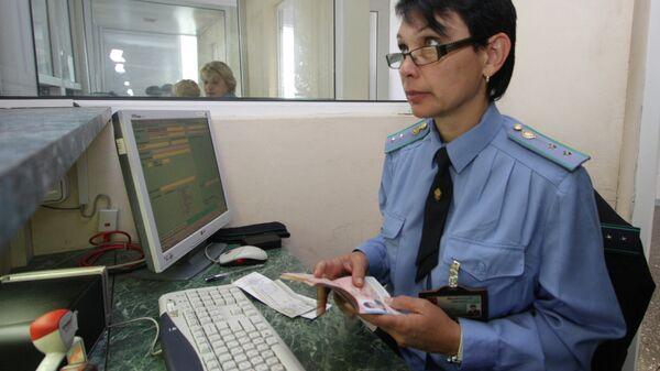 Пограничный контроль на территории пассажирского терминала международного пункта пропуска Благовещенск - Хэйхэ. Архивное фото
