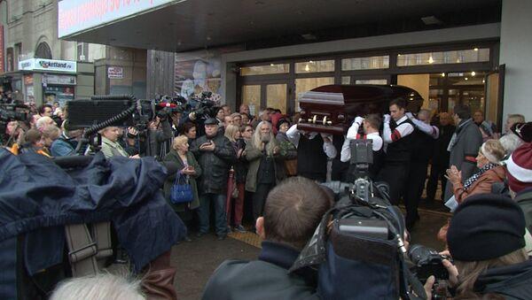 Поклонники несли цветы в театр Сатиры на прощание с Ольгой Аросевой