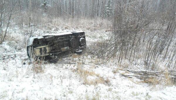 Микроавтобус съехал в кювет и опрокинулся в Чаинском районе Томской области, фото с места события
