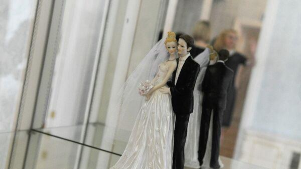 Свадебная фигурка, архивное фото