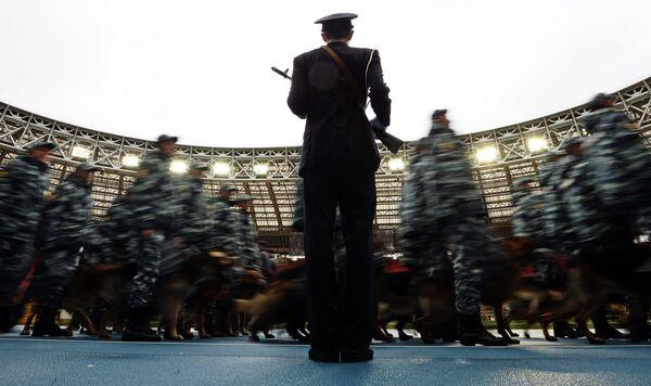 Сотрудники органов внутренних дел РФ во время показательных выступлений в честь праздника московской полиции