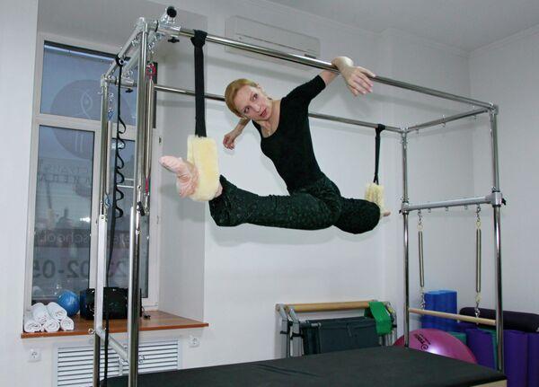 Балерина Илзе Лиепа дает мастер-класс на открытии своей новой камерной студии балета на улице Солянка