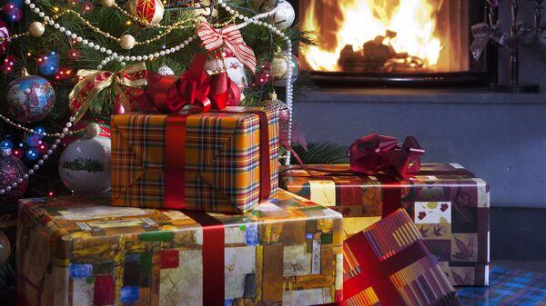 Новогодние подарки под елкой. Архивное фото