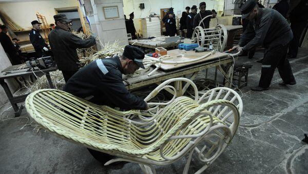 Заключенные работают на производстве плетеной мебели . Архивное фото
