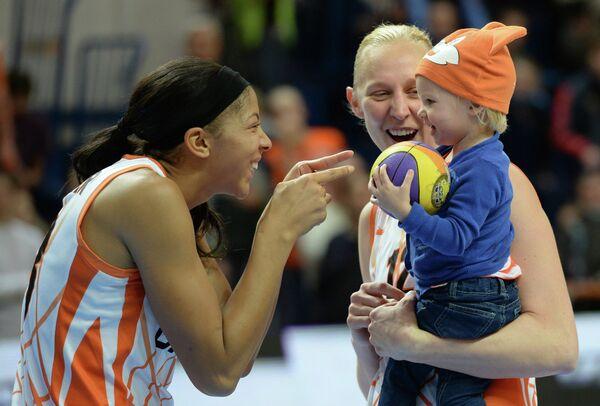 Игроки БК УГМК Кандес Паркер и Эн Ваутерс с дочерью после победы в матче за Суперкубок Европы