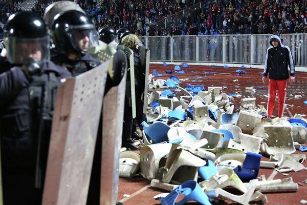 Сотрудники правоохранительных органов останавливают болельщиков, устроивших беспорядки на стадионе в Ярославле