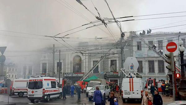 Серый дым вырывался из горящего здания театра Школа современной пьесы