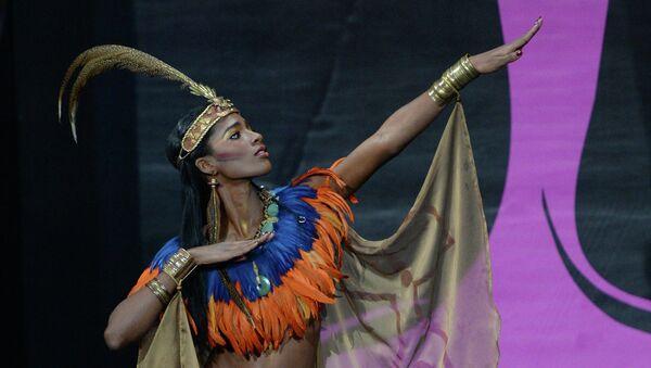 Участница конкурса с Гаити Мондиана Пьер на шоу национальных костюмов Мисс Вселенная-2013