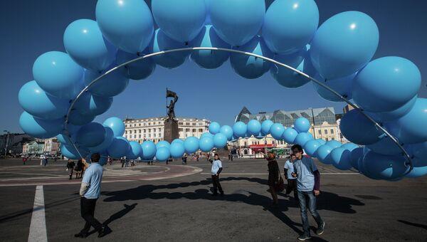 Центральная площадь Владивостока: участники флешмоба, символизирующего объединение усилий в борьбе с диабетом, выпускают в небо фигуру из воздушных шаров. . Фото с  места события