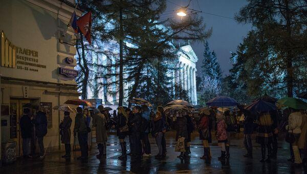 Посетители Ночи музеев стоят в очереди в Государственного музей изобразительных искусств имени Пушкина в Москве. Архивное фото