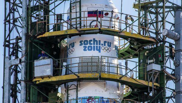 Вывоз и установка PH Союз-ФГ с ТПК Союз ТМА-11М на старт космодрома Байконур