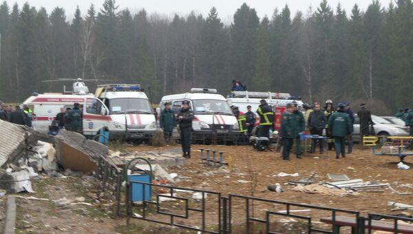 Сотрудники МЧС России работают на месте взрыва бытового газа в девятиэтажном доме в поселке Загорские Дали на севере Московской области.
