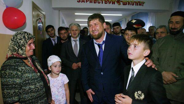 Президент Чечни Рамзан Кадыров во время посещения открывшейся 1 сентября школы № 2 в селе Центорой в Чеченской Республике. Архивное фото