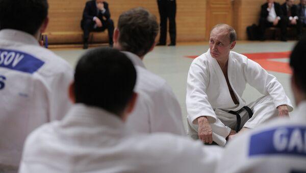 Президент РФ Владимир Путин среди дзюдоистов. Архивное фото