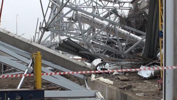 Кадры с места обрушения крыши автосалона в Ростовской области