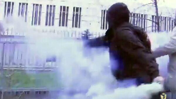 Активисты Другой России кидали файеры у посольства Польши в Москве