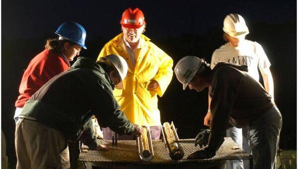 Палеоклиматологи изучают образцы пород из водных мешков под кратером Чесапик. Фото с места события
