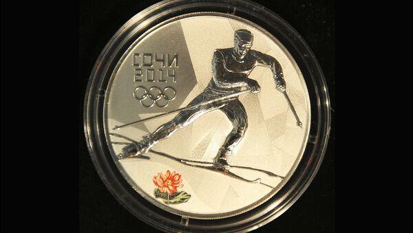 Памятная монета Лыжные гонки, представленная на презентации третьей и четвертой серий монетной программы Сочи 2014