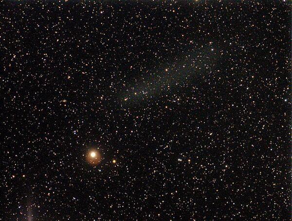 Размытое светлое пятно в верхней части снимка - пылевое облако, оставшееся после распада кометы Еленина (C/2010 X1 ELENIN)