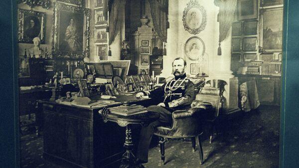Император Александр II в рабочем кабинете. Фотография С. Л. Левицкого и сына (1880 гг.)