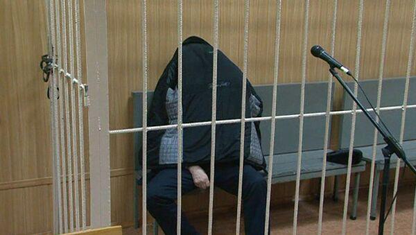 Подозреваемый в афере с маткапиталом Павел Сигал прятался под курткой в суде