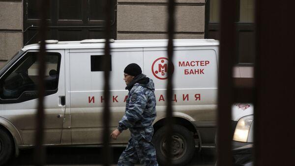 Автомобиль инкассации у офиса Мастер-банка в Москве. Архивное фото