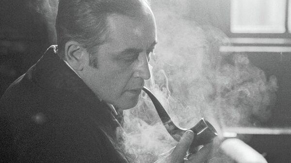 В советской экранизации Игоря Масленникова Приключения Шерлока Холмса и доктора Ватсона знаменитый сыщик курит трубку. В новой – Шерлок почти не курит