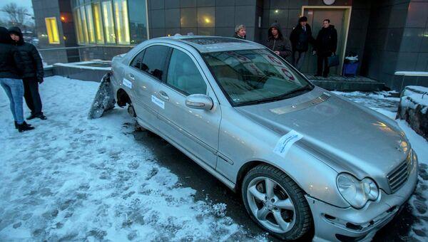 Женщина поселилась в арестованном за долги Mercedes в Новосибирске, фото с места события