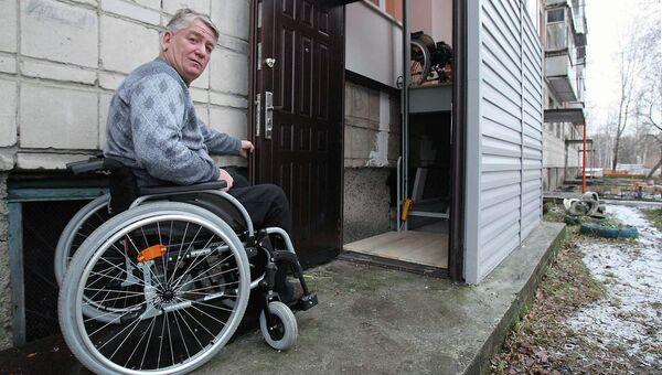 Станислав Пачгин перед входом в свою квартиру. Архивное фото