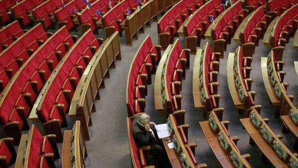 Украинские флаги и флаги Евросоюза видны перед началом заседания парламента в Киеве. Архивное фото