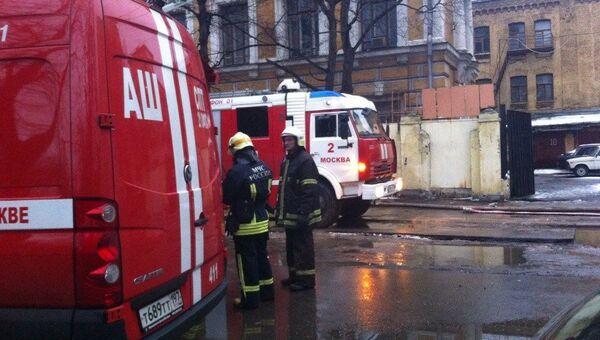 Работа пожарных у здания РХТУ имени Менделеева, где произошло возгорание. Фото с места события