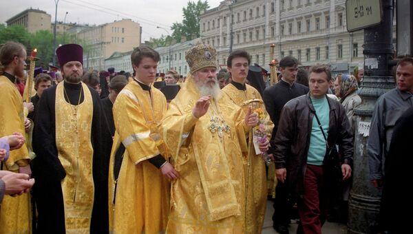 Патриарх Московский и Всея Руси Алексий II во время крестного хода. Архивное фото