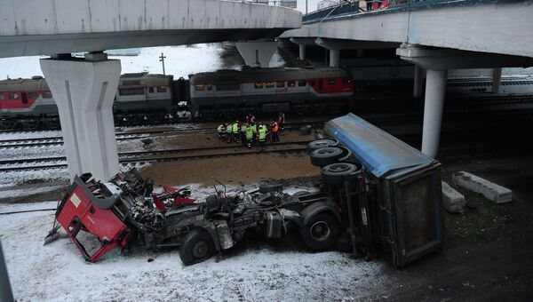 Грузовик упал с эстакады на железнодорожные пути в Москве