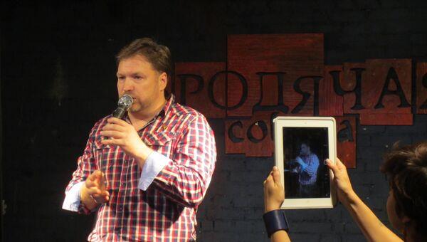 Шоумен из Красноярска Макс Антипов, победитель второго чемпионата страны почтению вслух Открой Рот в Новосибирске