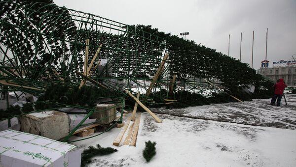 Упавший во Владивостоке каркас новогодней елки