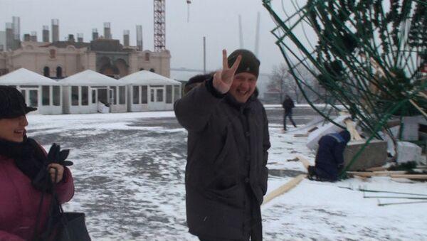 Владивостокцы смеются над вновь упавшей елкой на центральной площади