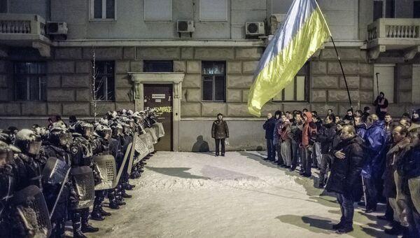 Милицейское оцепление и представители оппозиции возле администрации президента Украины, фото с места событий