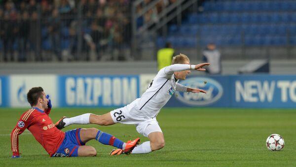 Полузащитник ЦСКА Зоран Тошич (слева) и полузащитник Виктории Даниэль Коларж