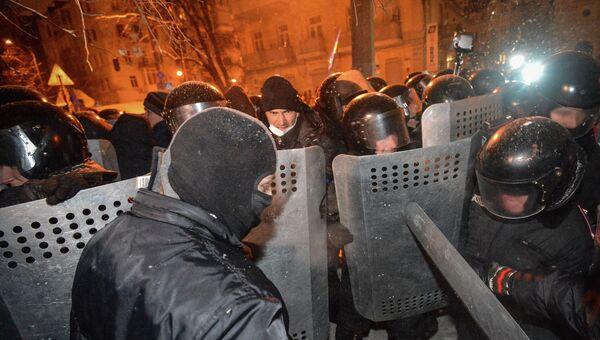 Милиция штурмует баррикады в Киеве. Архивное фото
