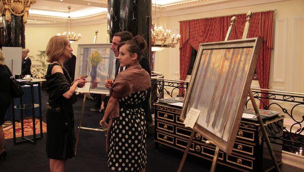 Лоты тихого аукциона в холле отеля Ritz-Carlton Moscow