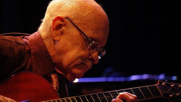 Американский джазовый гитарист Джим Холл, архивное фото